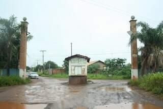 Entrada principal de local que foi planejado para ser loteamento (Foto: Marcos Ermínio)