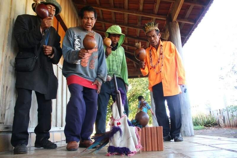 Indígenas ocuparam as casas e fazem seus rituais para (Foto: Marcos Ermínio)