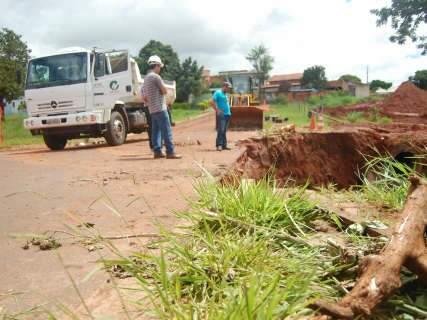 Bueiro cede e buraco interdita trecho de rua na Vila Carolina
