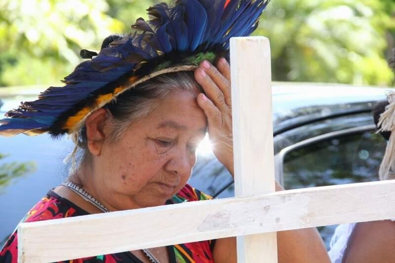 Liderança indígena se emociona ao chegar para encontro com ministro da Justiça (Foto: Marcos Ermínio)