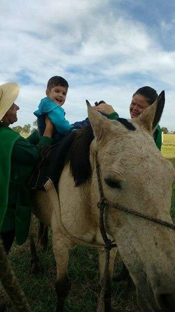 Feliz da vida, Júnior faz equoterapia uma vez por semana. (Foto: Arquivo Pessoal)