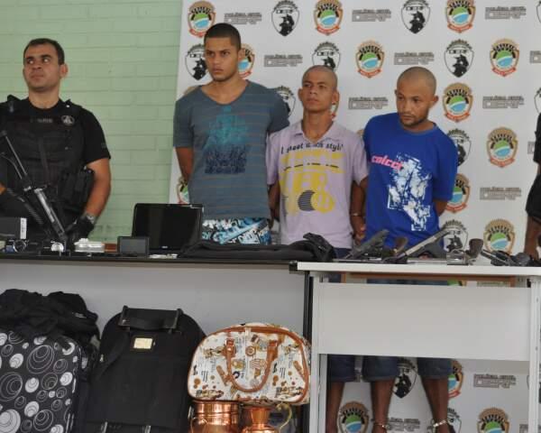 Quadrilha foi presa com vários objetos roubados. Um integrante está foragido. (Foto: Marlon Ganassin)