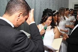 Mesmo casados há anos, maridos e esposas vestem gala para renovar compromisso