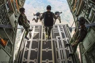 Treinamento de salto-livre dos militares do PARA-SAR. (Foto: Johnson Barros/FAB).