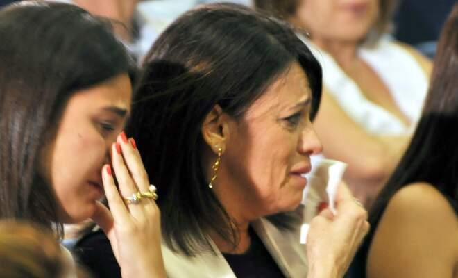 A mãe de Mayana, com o lenço, chora no início de julgamento de acusados de matar a filha durante racha no trânsito.