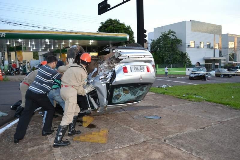 Stilo foi atingido por Audi e capotou. (Foto: Simão Nogueira)