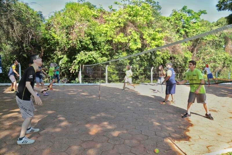 Atletas encontraram espaço para o beach tênis (Foto: Fernando Antunes)