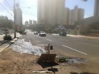Buraco formado na rua Euclides da Cunha fica vazando água 24h por dia. (Foto: Graziela Rezende)