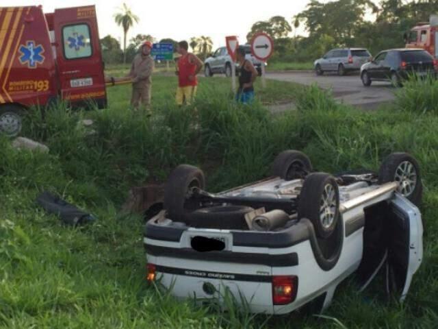 Veículo capotou no anel viário (Foto: Divulgação/Bombeiros)