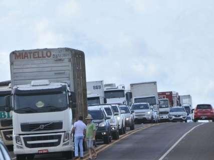 Caminhoneiros bloqueiam BR-163 e congestionamento chega a 2 km