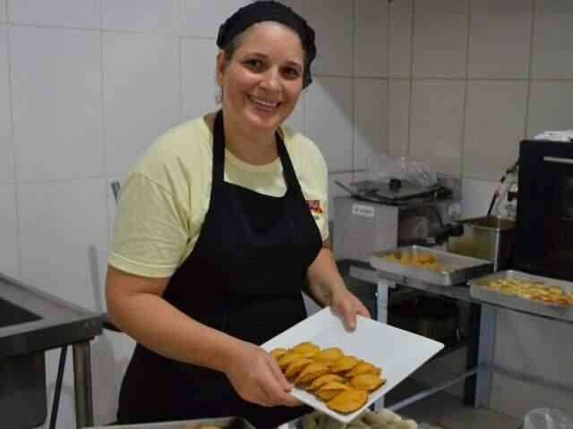 Rosângela Vieira é quem vai para cozinha preparar os salgados. (Foto: Thailla Torres)