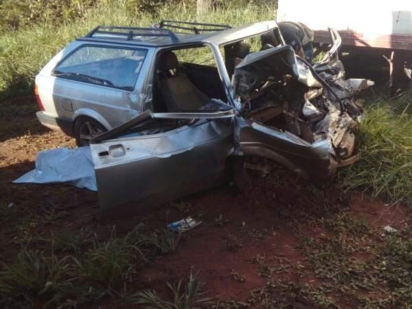 Veículo de passeio ficou com a frente totalmente destruída (Foto: Direto das Ruas)