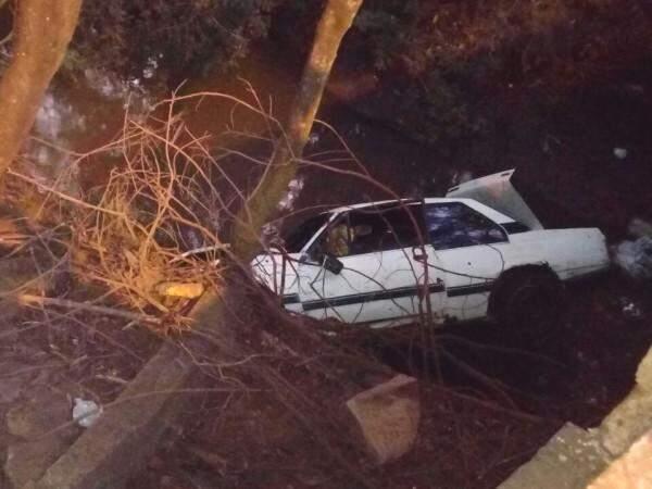Carro capotou e caiu no córrego (Foto: Direto das Ruas)