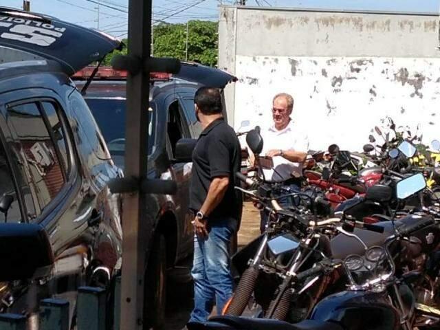 Vereador Idenor Machado e ex-vereador Dirceu Longhi um dia após serem presos por corrupção (Foto: Adilson Domingos)