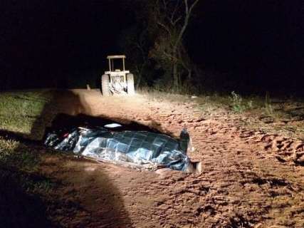 Rapaz morre esmagado na frente da família ao cair de trator