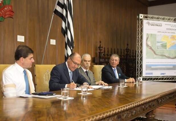Governador de São Paulo, Geraldo Alckmin (PSDB), assinou autorização para licitação ontem (28), no Palácio dos Bandeirantes (Foto: Divulgação/Governo de São Paulo)
