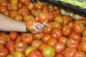 Com tomate e banana mais caros, cesta básica sobe 4,62% e custa R$ 363