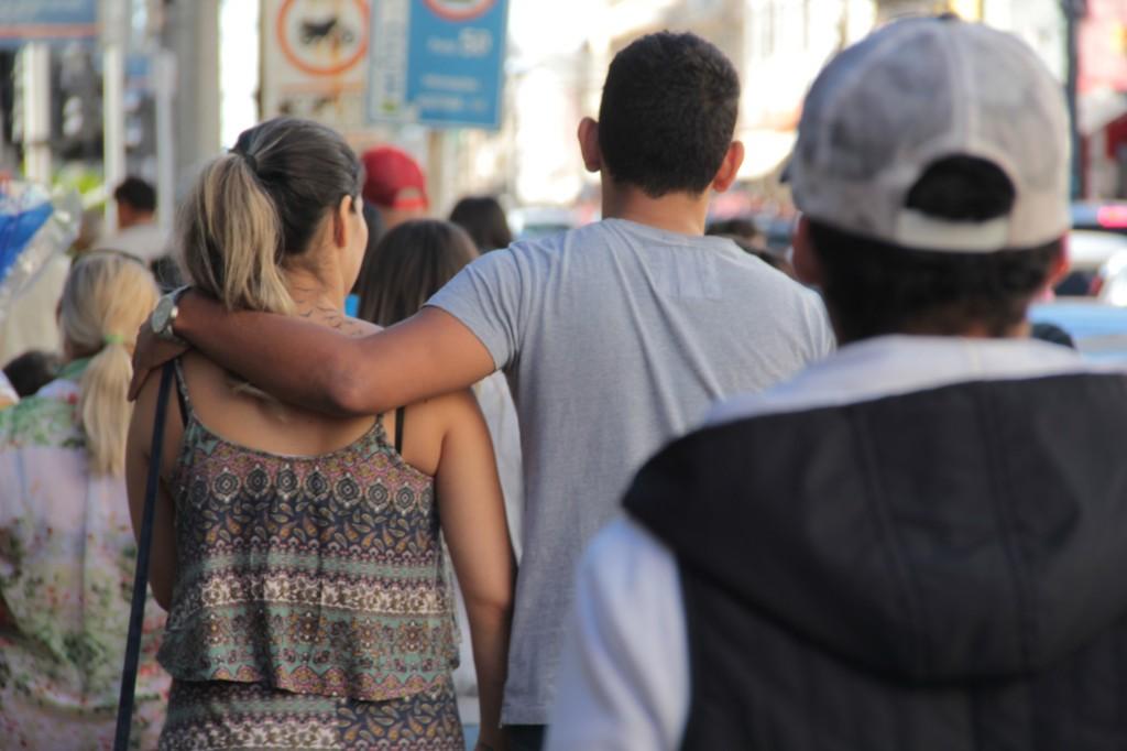 Namorados escolhem presentes juntos. (Foto: Marcos Ermínio)