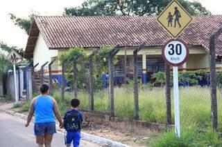 Alunos estão sendo dispensados mais cedo em escolas que aderiram parcialmente a greve. (Foto: Marcos Ermínio)
