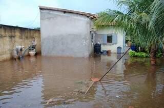 A chuva durou cerca de 15 minutos, mas alagou as casas do bairro (Foto: Marcos Ermínio)
