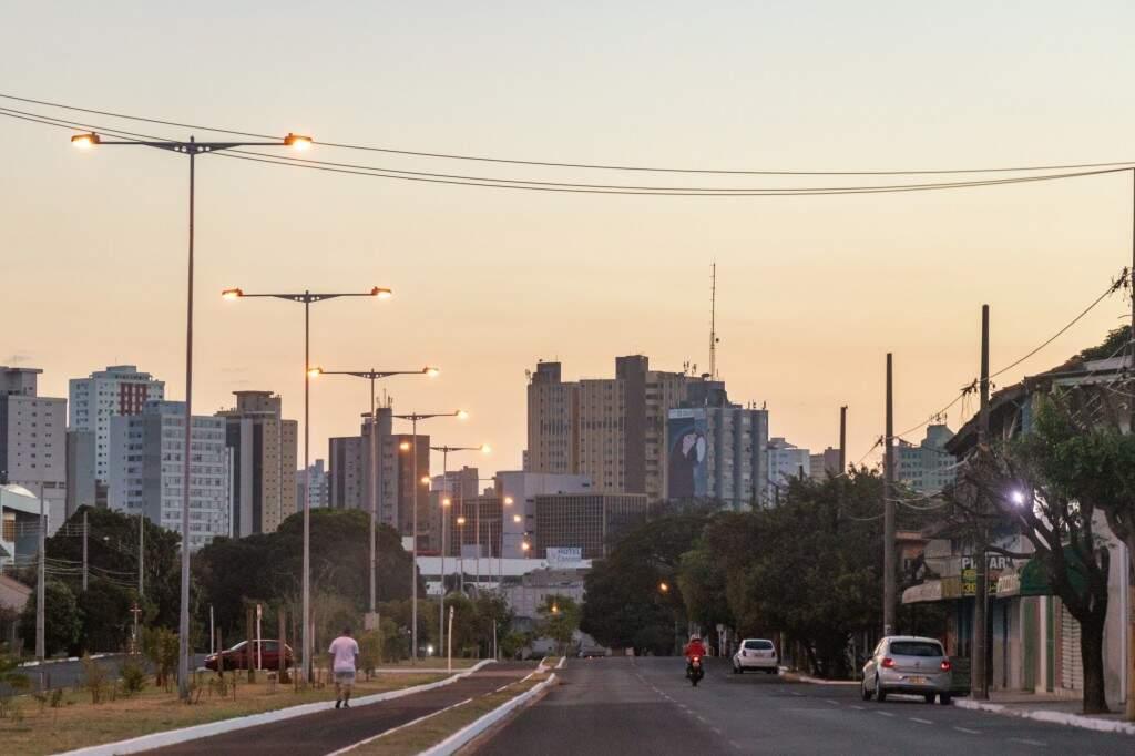 Céu aberto com névoa seca na região da Via Parque, em Campo Grande. (Foto: Henrique Kawaminami)