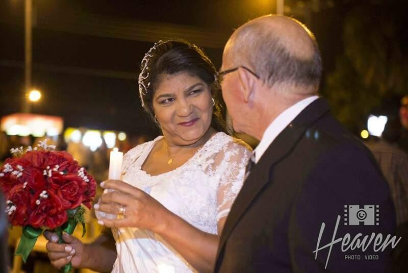 O olhar apaixonado de Rosa quando os dois se encontram para irem até o altar. (Foto: Heaven Photo e Video)