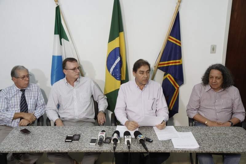 Bernal falando à imprensa ao lado de secretários nesta tarde (Foto: Cleber Gellio)