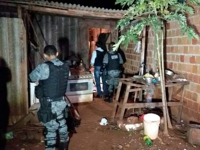 Policiais no local onde houveram as execuções. (Foto: Reprodução Facebook)