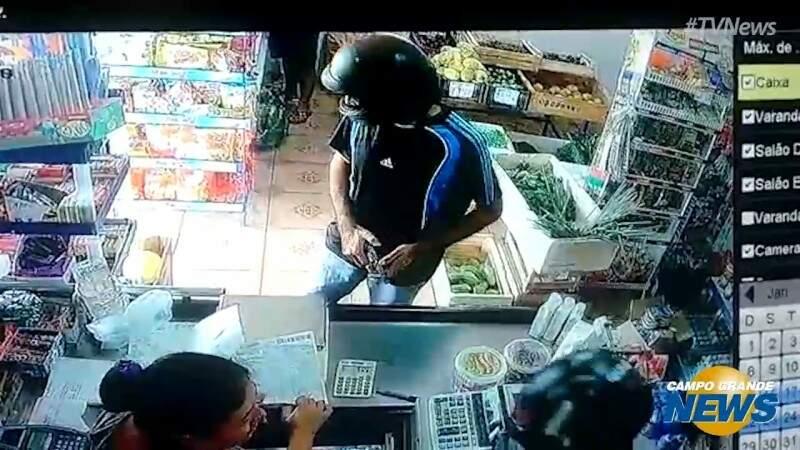 Homens assaltam mercearia e fogem com dinheiro e celular