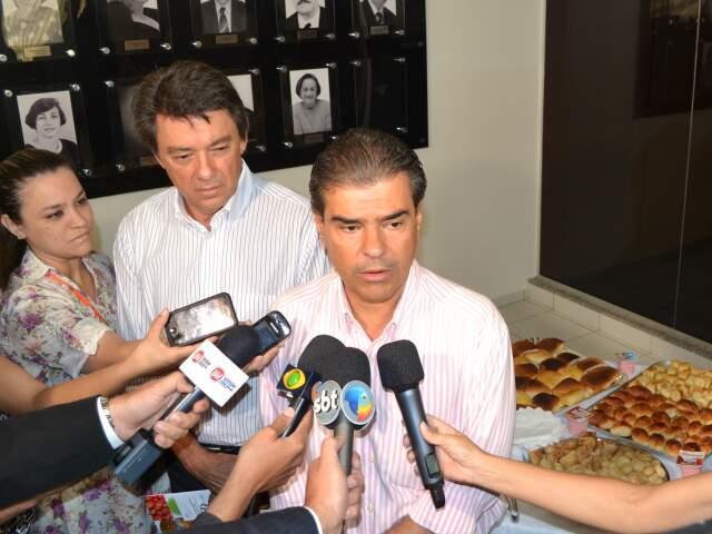 Prefeito concedeu entrevista em evento na Semed nesta terça. (Foto: Fabiano Arruda)