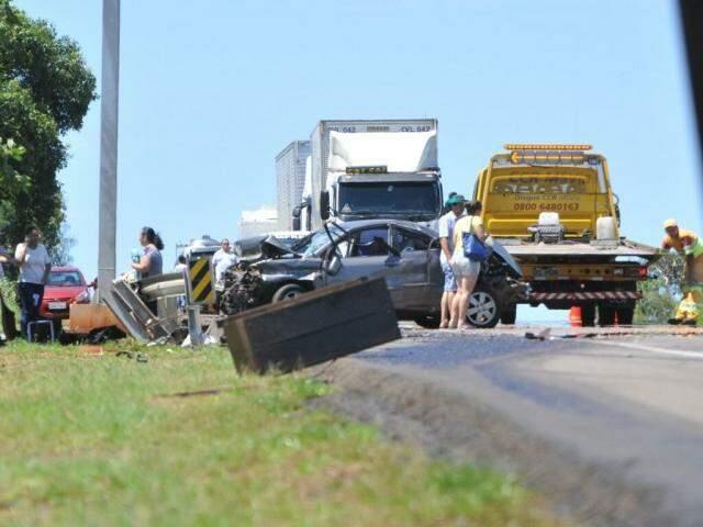 Óleo do caminhão envolvido no acidente ficou espalhado na via (Foto: Alcides Neto)