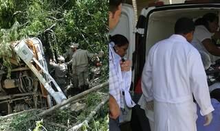 Ônibus caiu em ribanceira.Feridos foram socorridos por bombeiros e pela ambulância de Bodoquena.(Foto: Aqui Destaque)