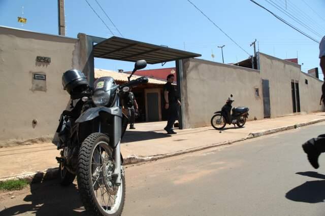Moto apreendida na casa do policial militar da reserva. (Foto: Moisés Palácios/Jornal O Estado)