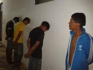 Quatro dos seis detidos por roubo na Depac. (Foto: divulgação)