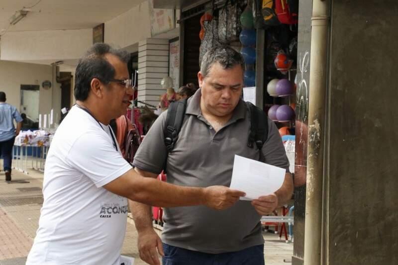 Sindicato distribuiu panfletos sobre o tema. (Foto: Assessoria)