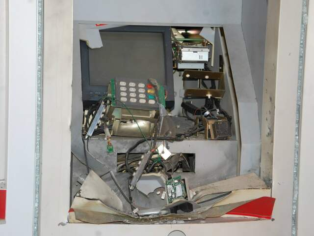 Caixa eletrônico destruído (Foto: Simão Nogueira)