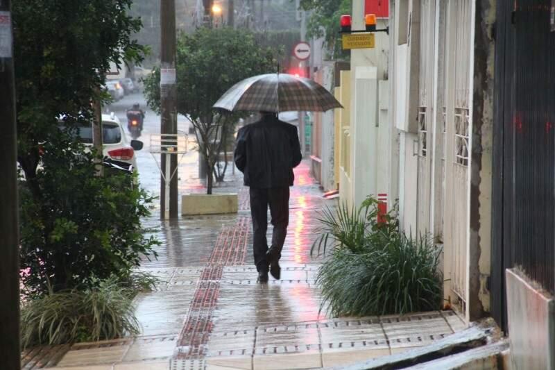 Sábado amanheceu com chuva e temperatura amena na Capital. (Foto: Marcos Ermínio)