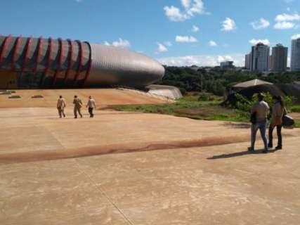 Agentes vistoriam obras do Aquário do Pantanal e eliminam focos da dengue