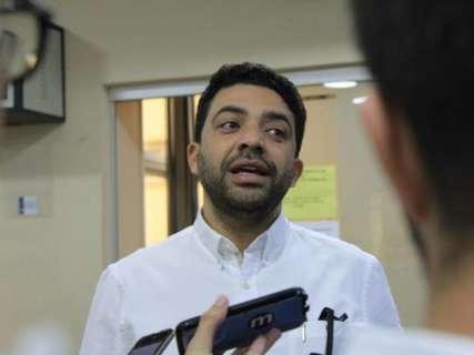 Advogado e dirigente partidário conversa com André na sede da PF