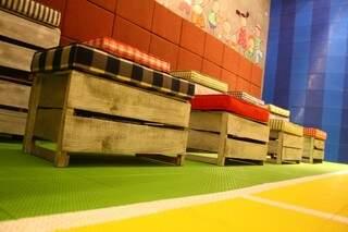 Bancos de caixote de feita na Brinquedoteca.