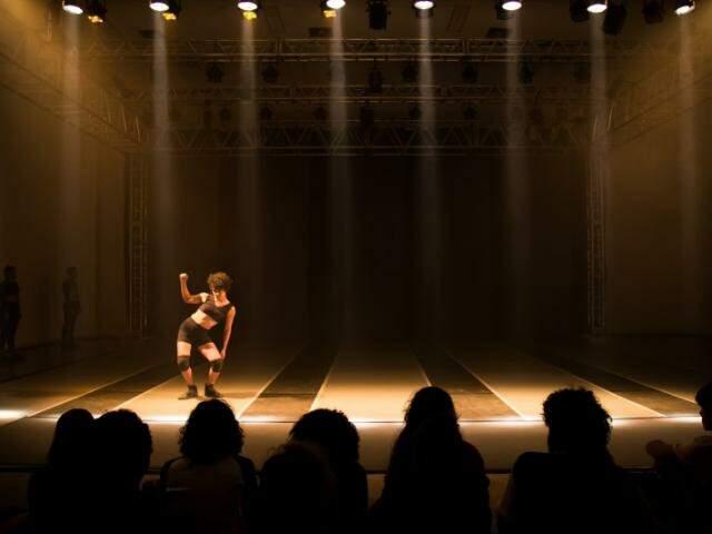 Curso será realizado de graça, para ensinar a importância da iluminação seja na música, teatro ou dança.