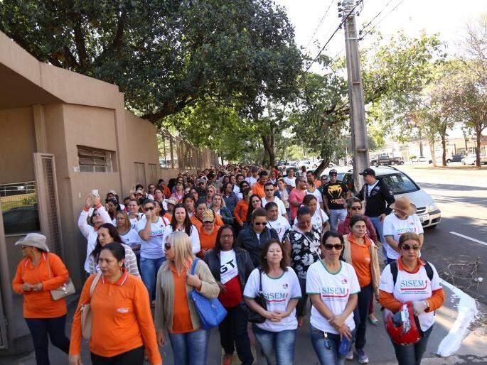 Servidores municipais durante passeata no ano passado (Foto: Fernando Atunes/Arquivo)