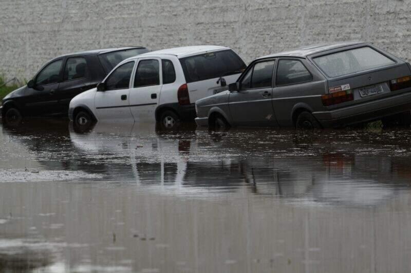 """No Bairro Dr. Albuquerque, veículos foram """"arrastados"""" pela enxurrada (Foto: Cleber Gellio)"""