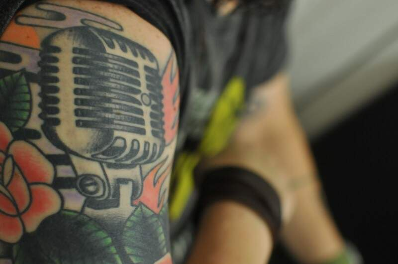 Assim como a vontade de ensinar, microfone vintage faz parte do significado que a música tem em sua vida.