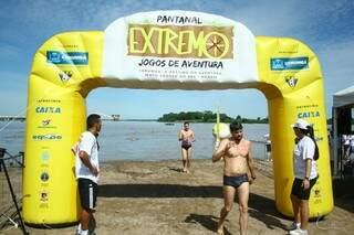 Competidores reclamaram da água quente durante o percurso (Foto: Marcos Ermínio)