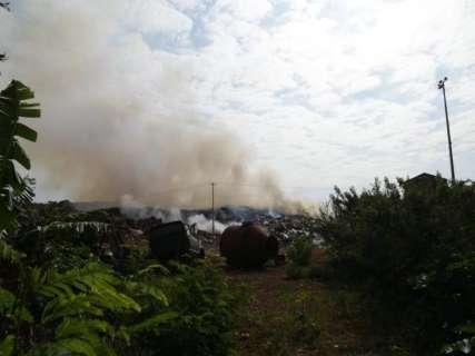 Incêndio atinge depósito de resíduos desde a madrugada na Capital