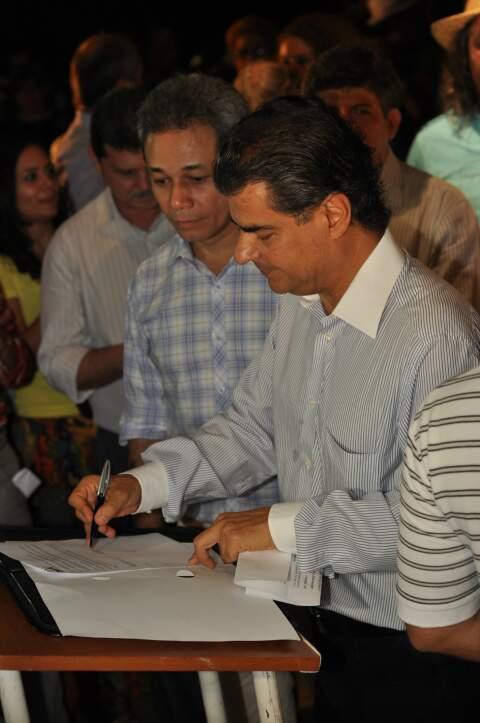 Nelsinho assinou contratos que beneficiarão diversos bairros de Campo Grande. (Foto: Marlon Ganassin)