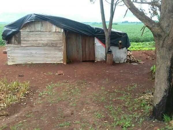 Crime foi descoberto nessa segunda-feira. Vítimas estavam no barraco onde moravam, perto da BR-463 (Foto: Divulgação)
