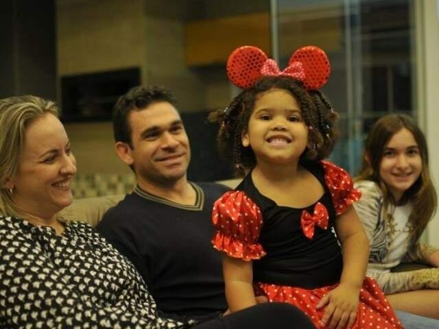 No sofá de casa, preparada para uma foto de família, é que os Machado Campanile Braga contam sua história de adoção. (Foto: Arquivo/Alcides Neto)