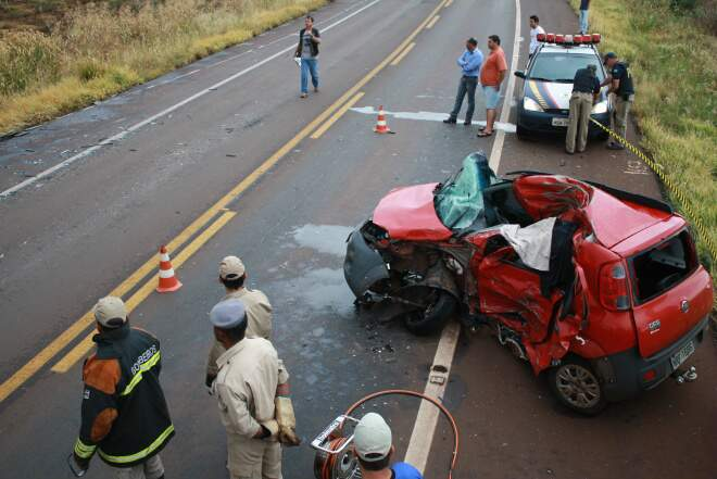 Fiat Uno dirigido pela vítima ficou destruído. (Foto: Sidnei Bronka/ Dourados Agora)